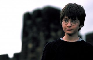 Un primo piano del piccolo Harry Potter (Daniel Radcliffe) in una scena del film Harry Potter and the Sorcerer's Stone