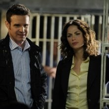 Eddie McClintock e Joanne Kelly in una scena dell'episodio Regrets di Warehouse 13