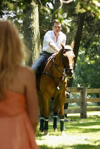 Sebastian Stan (Carter Baizen) a cavallo in una scena dell'episodio Reversals of Fortune di Gossip Girl