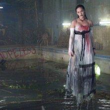 La fluttuante Jennifer Check (Megan Fox) in una sequenza del film Jennifer's Body