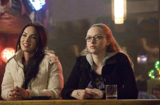 Le amiche Jennifer (Megan Fox) e Needy (Amanda Seyfried) in una scena del film Il corpo di Jennifer