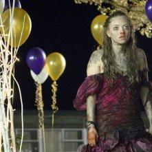 Una sconvolta Needy (Amanda Seyfried) in una sequenza del film horror Il Corpo di Jennifer