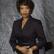 Alfre Woodard è Mavis Heller / Hellen in una foto promo di My Own Worst Enemy