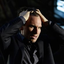 Christian Slater sconvolto in una scena della serie My Own Worst Enemy
