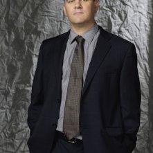 Mike O'Malley è Tom Grady / Raymond Carter in una foto promo di My Own Worst Enemy