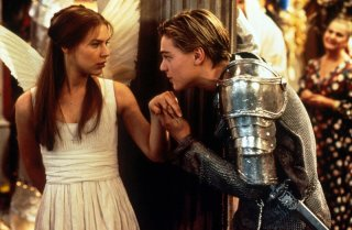 Giulietta (Claire Danes) e Romeo (Leonardo DiCaprio) in una scena del film Romeo + Giulietta