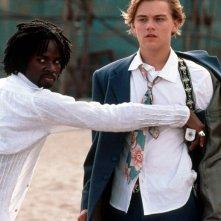 Harold Perrineau (Mercuzio) e Leonardo DiCaprio (Romeo) in una scena del film Romeo + Giulietta