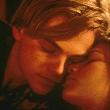 Leonardo DiCaprio e Claire Danes in una dolce scena del film Romeo + Giulietta