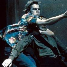Leonardo DiCaprio è Romeo nel film Romeo + Giulietta, diretto da Baz Luhrmann