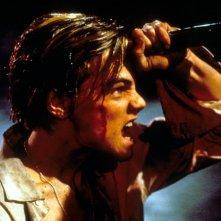 Leonardo DiCaprio in una scena drammatica del film Romeo + Giulietta