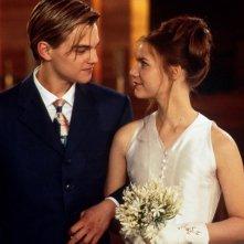 Romeo (Leonardo DiCaprio) e Giulietta (Claire Danes) in una scena del film Romeo + Giulietta