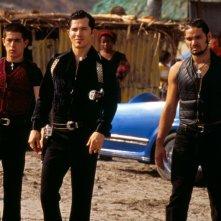 Tebaldo (John Leguizamo) e la sua gang in una sequenza del film Romeo + Giulietta