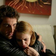 Giampaolo Morelli con Nathalie Rapti Gomez in un episodio de L'ispettore Coliandro dal titolo Sangue in facoltà