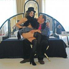 Caterina Varzì in braccio a Tinto Brass in una immagine di Hotel Courbet