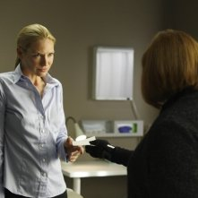 Anna Torv e Blair Brown in una scena dell'episodio Night Of Desirable Objects di Fringe