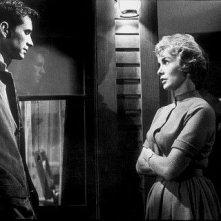 Anthony Perkins e Janet Leigh in una scena del film Psycho (1960)