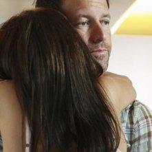 Desperate Housewives: Teri Hatcher (di spalle) abbraccia James Denton in Nice is Different Than Good, primo episodio della sesta stagione