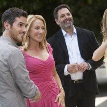 Emily VanCamp, Dave Annable, Ken Olin e Patricia Wettig durante una scena del primo episodio della quarta stagione della serie Brothers & Sisters