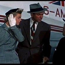 James Stewart con Doris Day in una sequenza del film L\'uomo che saperva troppo (1956)