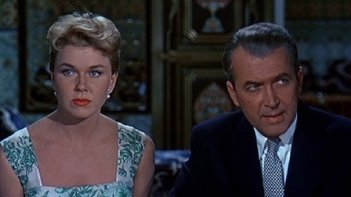 James Stewart e Doris Day in una scena del film L\'uomo che saperva troppo (1956)