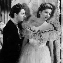 Joan Fontaine e Judith Anderson in una scena del film Rebecca, la prima moglie del 1940