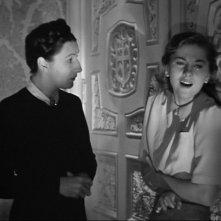 Judith Anderson e Joan Fontaine in una scena drammatica del film Rebecca, la prima moglie