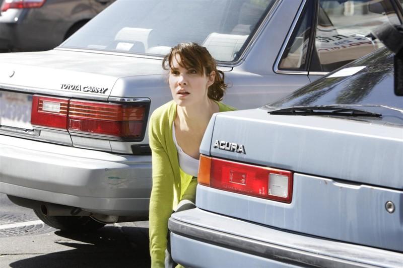 Kensi Blye Daniela Ruah Nascosta Tra Le Auto Parcheggiate In Una Scena Dell Episodio Pilota Della Serie Ncis Los Angeles 130362