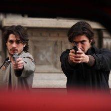 Jacopo Maria Bicocchi e Riccardo Scamarcio in una scena del film La prima linea (2009)