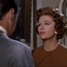 Myrna Loy in una scena del film Merletto di mezzanotte (1960)