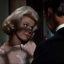 Rex Harrison e Doris Day in una sequenza del film Merletto di mezzanotte del 1960