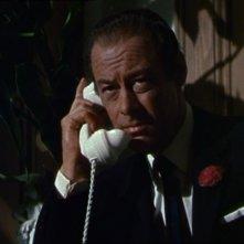 Rex Harrison in una scena del film Merletto di mezzanotte