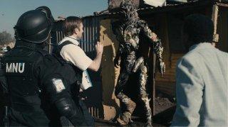Sharlto Copley in una sequenza di District 9