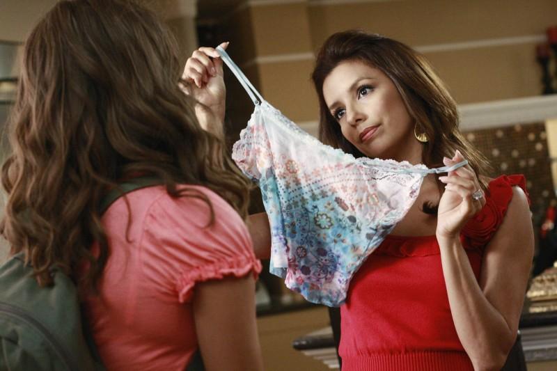 Desperate Housewives Eva Longoria Con Maiara Walsh Di Spalle In Nice Is Different Than Good Primo Episodio Della Sesta Stagione 130509