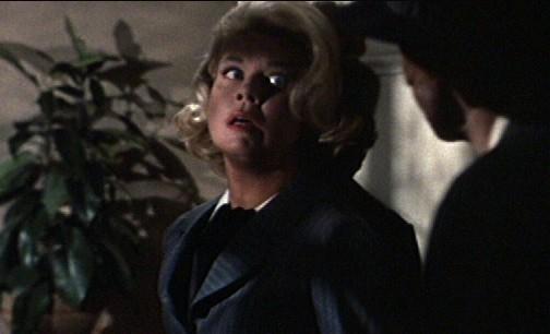 Doris Day Spaventata In Una Scena Del Film Merletto Di Mezzanotte 130467