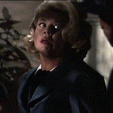 Doris Day spaventata in una scena del film Merletto di mezzanotte