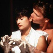 Patrick Swayze e Demi Moore in una sensuale sequenza di Ghost - Fantasma