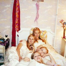 Una foto promo di Kirsten Dunst, Leslie Hayman, Chelse Swain e A.J. Cook per il film 'Il giardino delle vergini suicide'