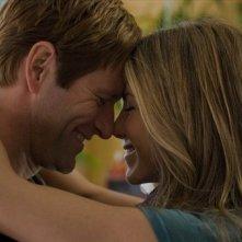 Aaron Eckhart e Jennifer Aniston in una scena del film Love Happens