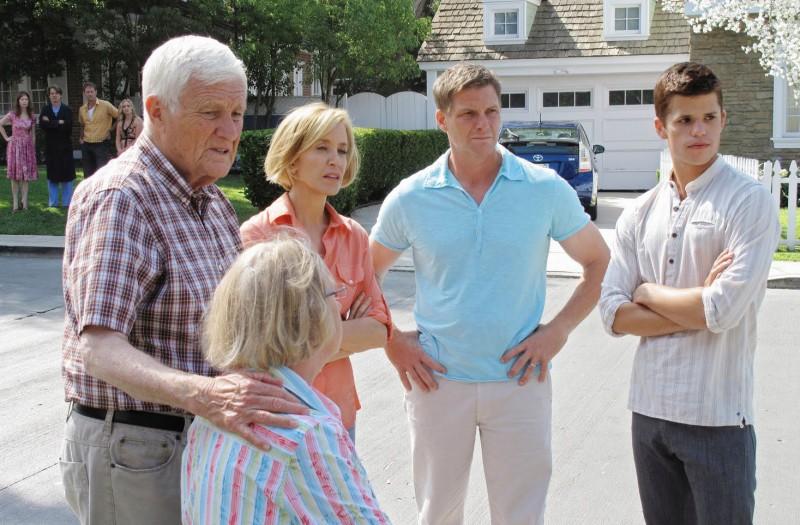 Desperate Housewives Kathryn Joosten Di Spalle Con Felicity Huffman Con Doug Savant E Max Carver In Still Alive Episodio Della Sesta Stagione 130876