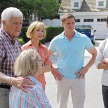 Desperate Housewives: Kathryn Joosten (di spalle) con Felicity Huffman con Doug Savant e Max Carver in Still Alive episodio della sesta stagione