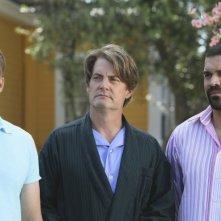Desperate Housewives: Ricardo Chavira e Doug Savant con Kyle MacLachlan in Still Alive, episodio della sesta stagione