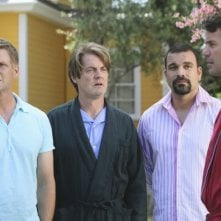 Desperate Housewives: Tuc Watkins, Ricardo Chavira, Doug Savant con Kyle MacLachlan in Still Alive, episodio della sesta stagione