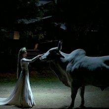 Michelle Forbes in una suggestiva immagine dell'episodio 'Beyond Here Lies Nothin'' della serie True Blood