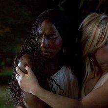 Rutina Wesley e Anna Paquin in una scena dell'episodio 'Beyond Here Lies Nothin'' della serie tv True Blood