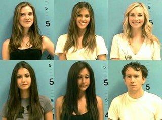 Le mugshot di Nina Dobrev, Sara Canning, Kayla Ewell, Candice Accola, arrestate nel 2009 in Georgia insieme al fotografo Tyler Shields per presunto disturbo della circolazione.