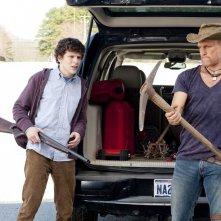 Jesse Eisenberg e Woody Harrelson in una scena del film Zombieland