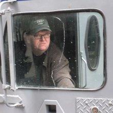 Michael Moore in una scena del film Capitalism: A Love Story