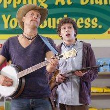 Woody Harrelson e Jesse Eisenberg in una scena del film Zombieland