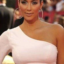 Emmy Awards 2009: Kim Kardashian sfoggia un audace colorito bronzeo