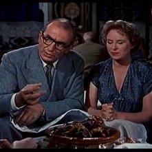 James Stewart e Doris Day (di spalle) con Brenda De Banzie e Bernard Miles in una scena del film L\'uomo che sapev